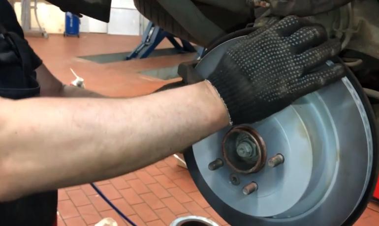 Замена задних тормозных дисков и колодок на Range Rover Sport