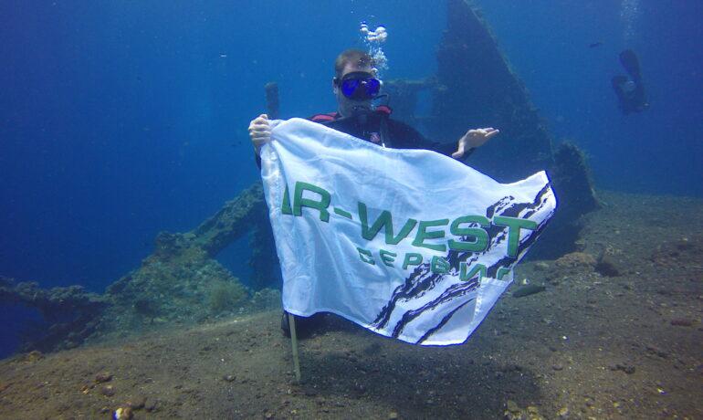 "Флаг LR-WEST возле затонувшего корабля ""Либерти"", на глубине 30 метров."
