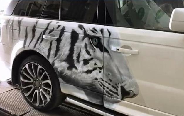 Range Rover Sport с тигром на боку